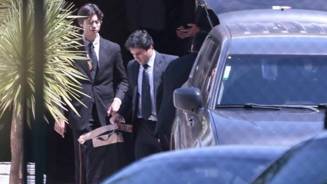 Na foto, policiais saem com malotes da residência ofical de Eduardo Cunha. Foto Jorge William/Agência O Globo - Jorge William / O Globo