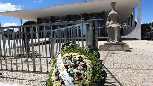 Uma coroa de flores foi clolocada na frente do STF em homenagem ao ministro Teori Zavascki - Givaldo Barbosa / Agência O Globo