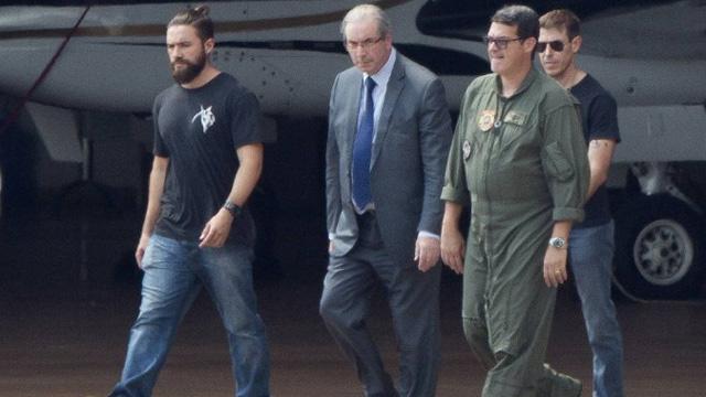 Policial hipster, à direita de Cunha, vira assunto na web - Michael Melo / AP